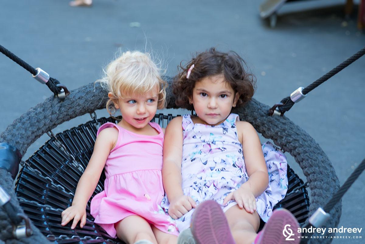 Ани най-много обича други деца около себе си - с Мими от Дубай през август 2017