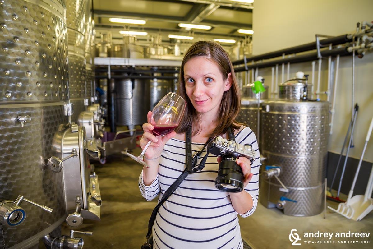 Мими с чаша вино във винарска изба Златен Рожен