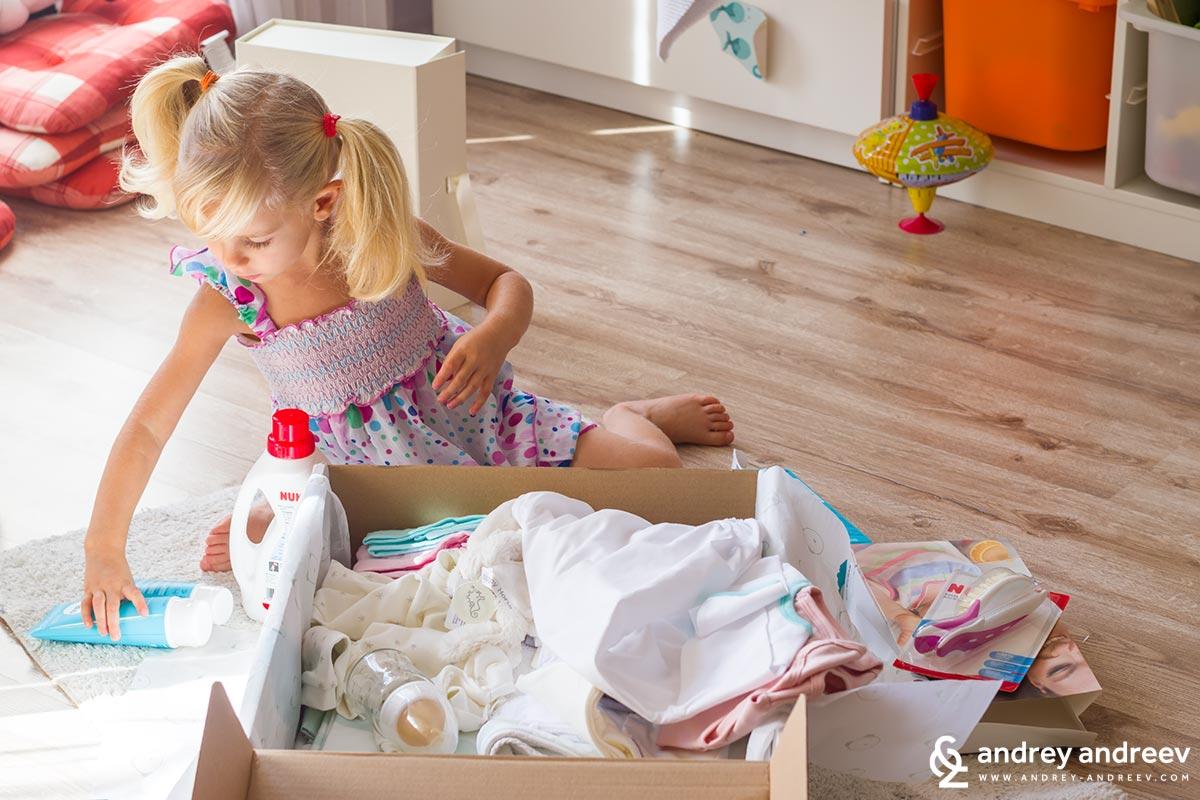 Ани е много ентусиазирана от принадлежностите на малката си сестричка