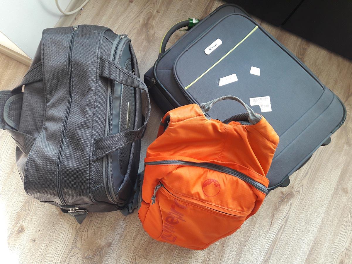 Багажът, заедно с фотографската техника, която този път е ограничена само в една раница. При по-дълги или по-специални пътувания е повече