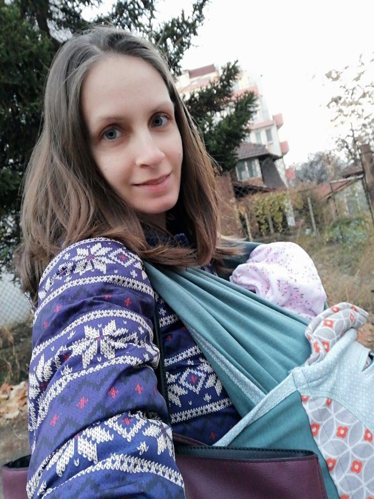С бебе в слинг на разходка из квартала