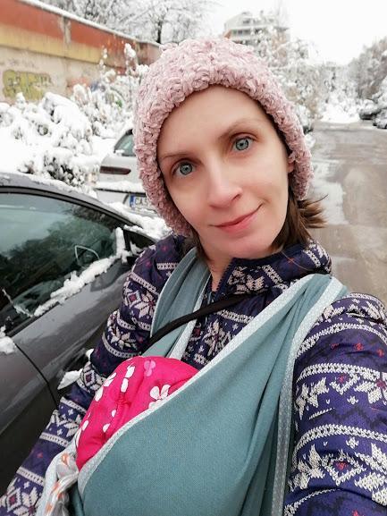 Разходка в сняг със слинг и бебе - бебеносене