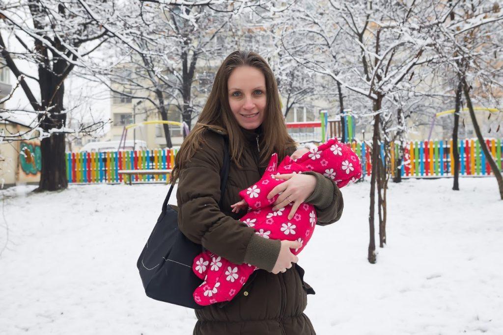 Мими с Ани на разходка в сняг