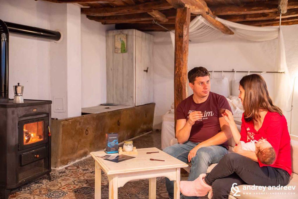 Мими, Андрей и Адрианка пият кафе в къща за гости Онгъл