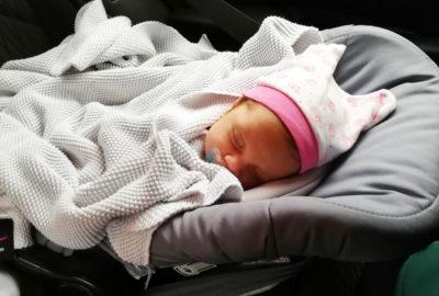 Бебе Адрианка се чувства чудесно по време на пътуване в кола