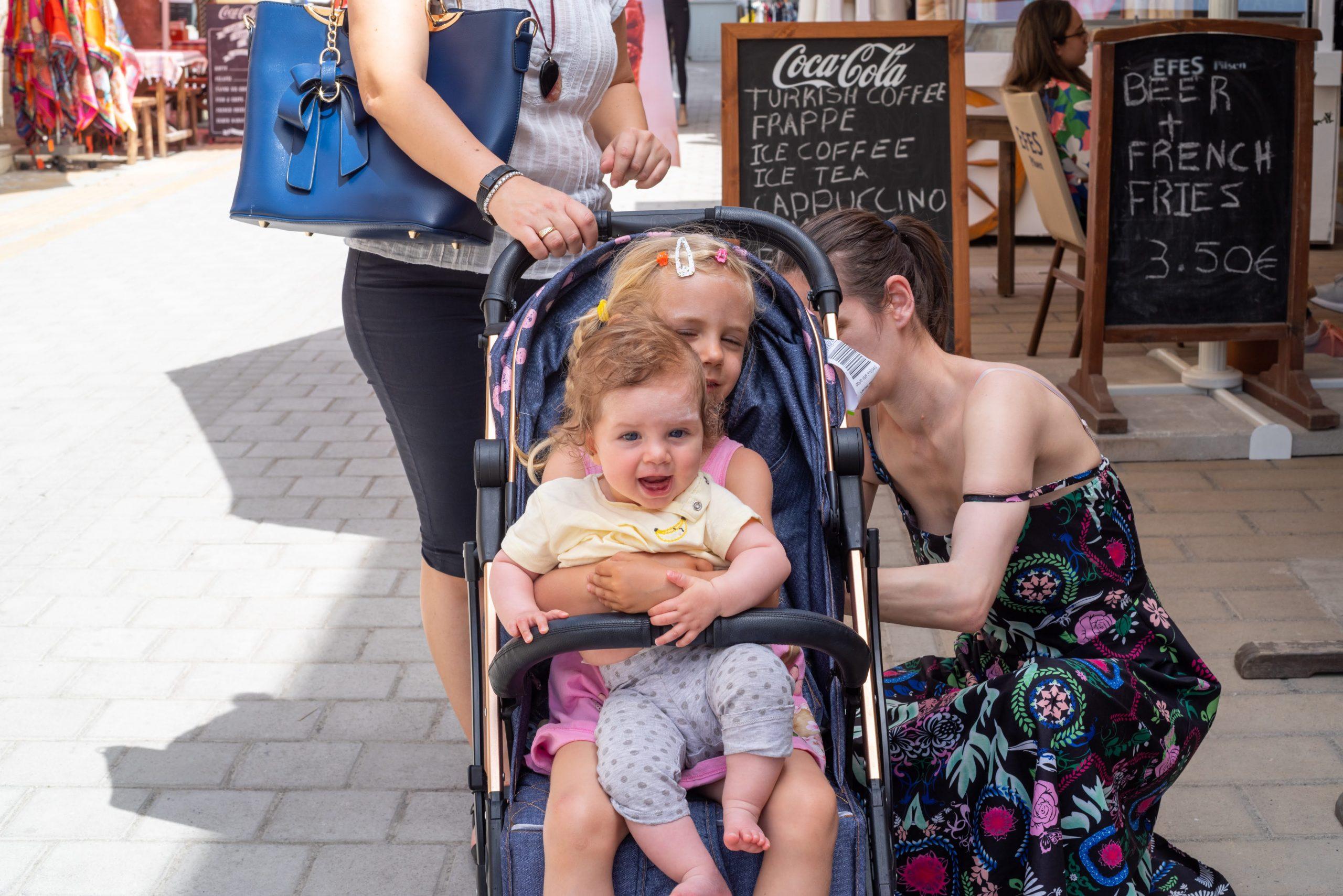 Кипър 2019. Е, понякога и двете деца са на количката