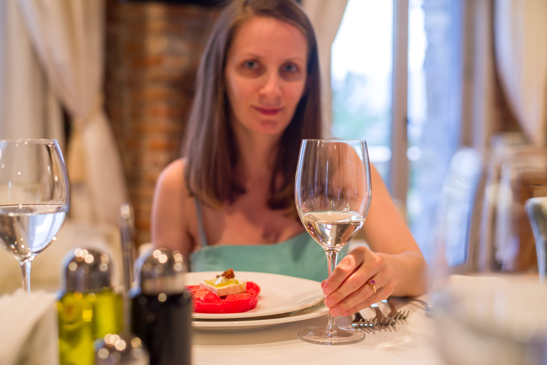 Мими с чаша вино в Шато Копса