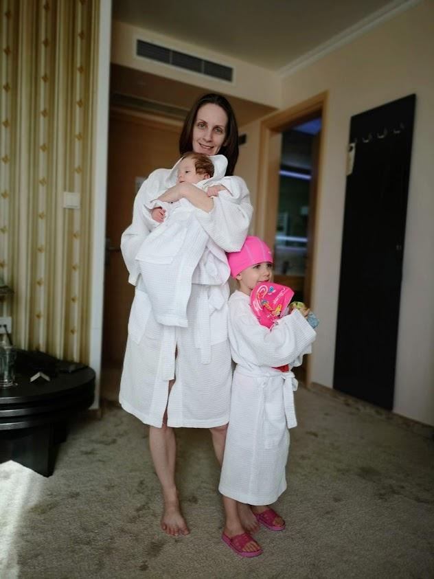 Подготовка за СПА с деца, тоест обличане на халатите и надуване на плувните принадлежности - хотел Мантар, Марикостиново