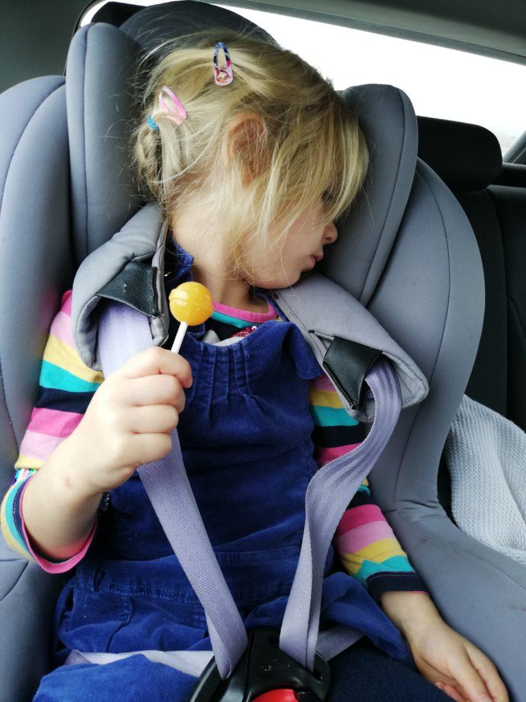 Ани недоволства, докато се вози в столче за кола