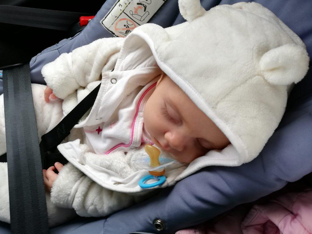 Бебе Адриана в столче за кола тип кошница