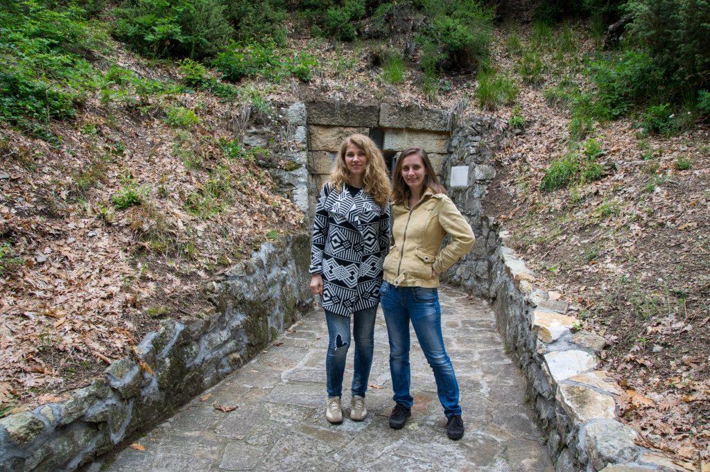 Не мога да не си сложа снимка с Гери, тук сме на Тракийската гробница в Мезек
