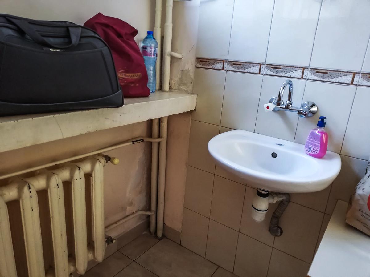Санитарният блок в нашата стая, във всяка стая има мивка, тоалетните и баните са общи
