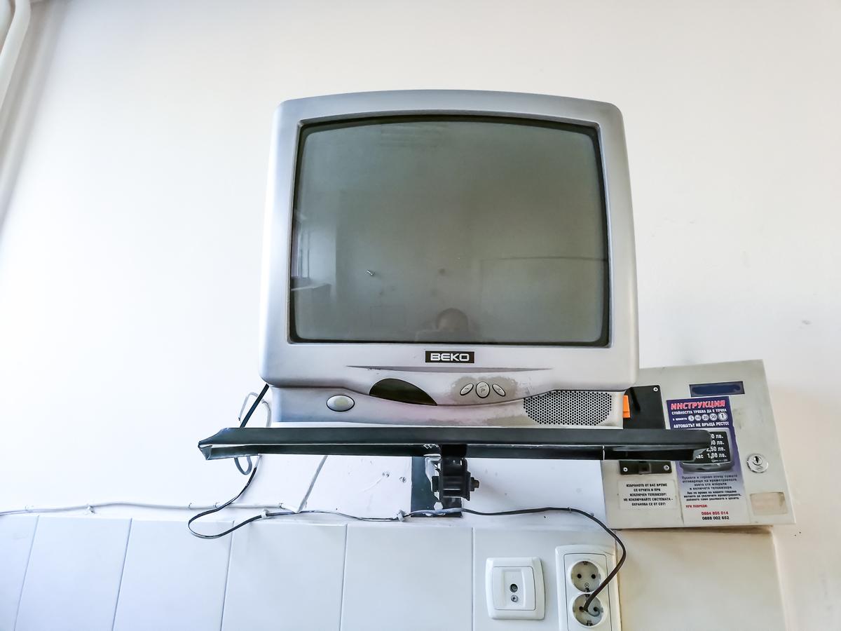 За желаещите има телевизори в стаите, но не навсякъде работят. Кабелната е с монети