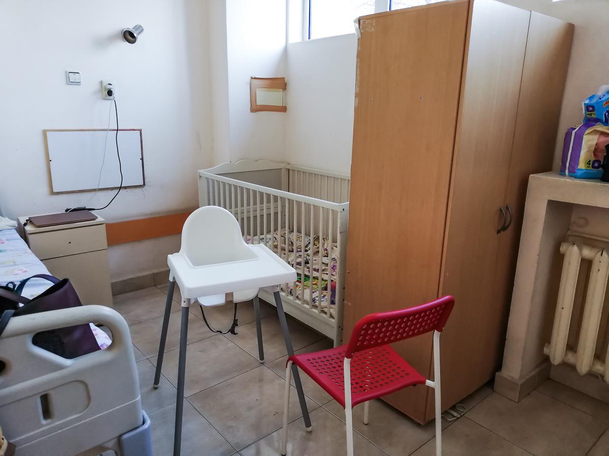 На втория ден ни преместиха в тази стая, която е нещо като самостоятелна, за един възрастен и едно бебе. Прекарахме тук три от четирите си нощи