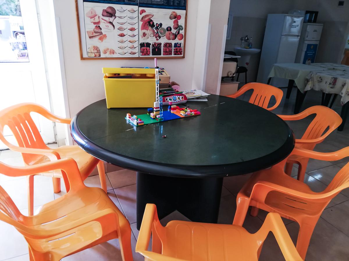 Масата за игра във фоайето на първия етаж, между отделенията по диабет, ендокринология и генетика