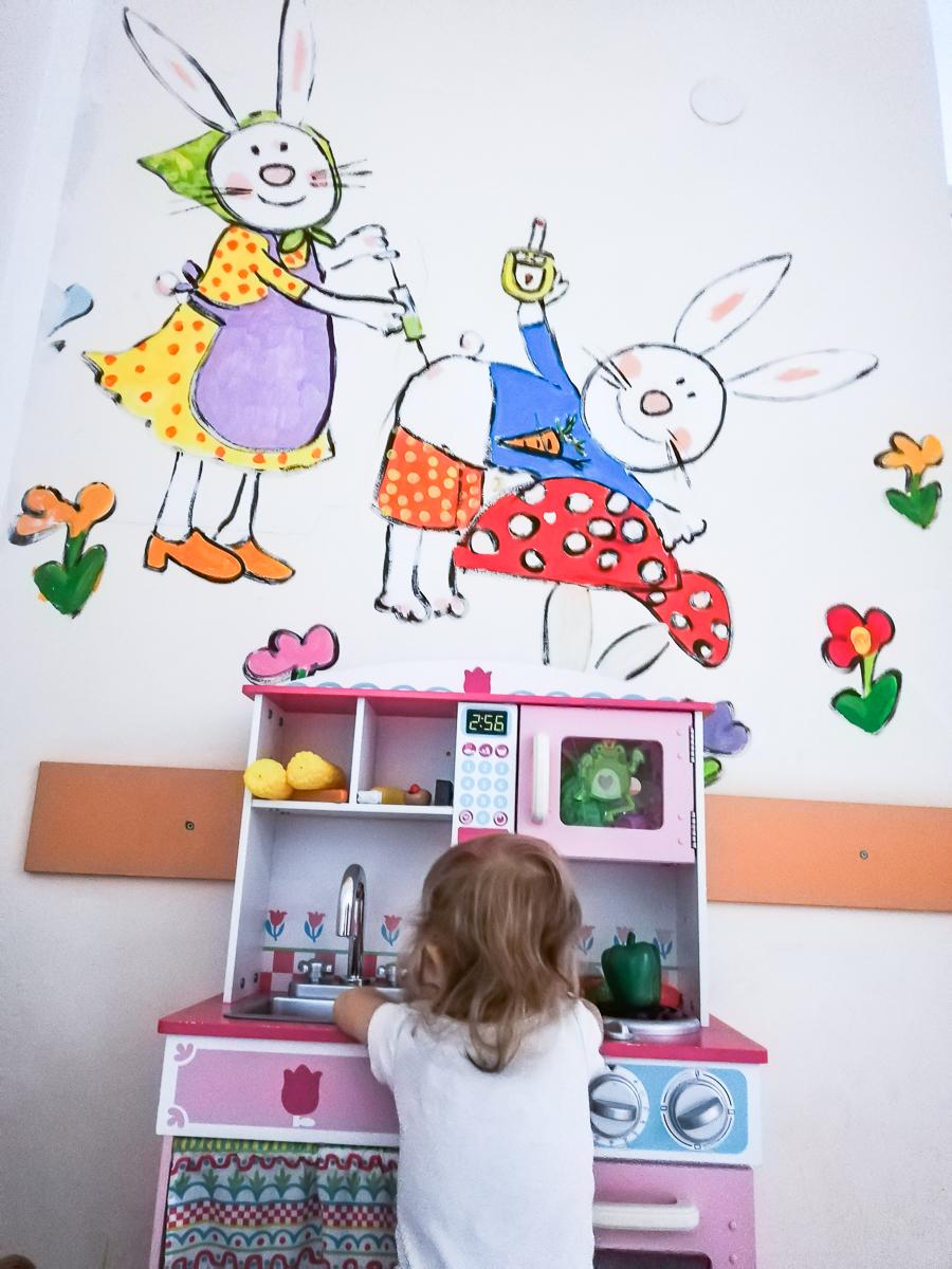Съоръжения за игра в отделението по диабет в Педиатрията. Стените са изрисувани с дарения