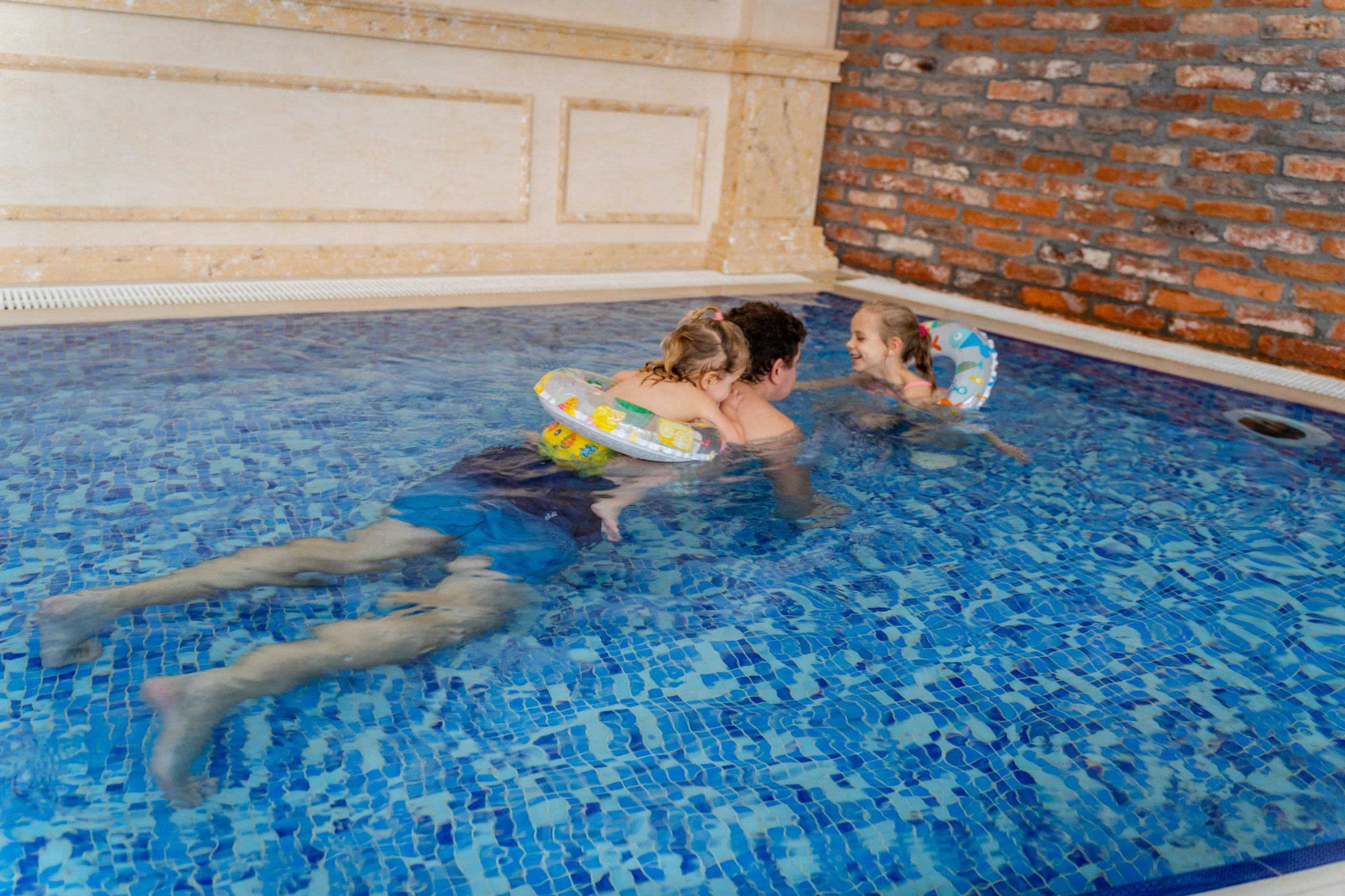 Семейни забавления в басейна